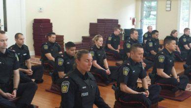 policiais praticam meditação mindfulness