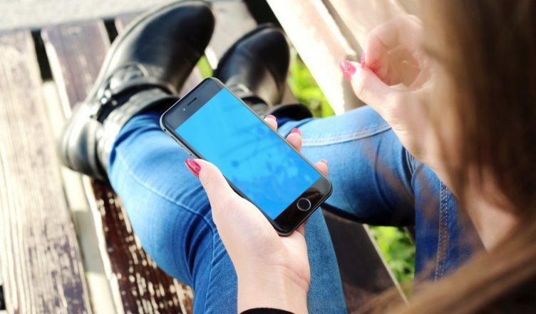 Mindfulness e tecnologia - Mulher usando aplicativos no celular