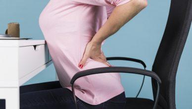 dor e mindfulness: mulher sentindo as costas